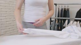 Manica bianca rivestente di ferro della camicia della casalinga della donna archivi video