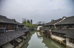 Manica con le costruzioni su acqua Zhouzhuang, Cina immagine stock