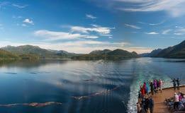 Manica di Principe, BC, il Canada - 13 settembre 2018: Passeggeri della nave da crociera che osservano bello paesaggio dell'inter immagini stock libere da diritti