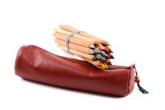 Manica rossa con le matite di colore Fotografie Stock Libere da Diritti