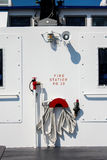 Manichetta antincendio di emergenza su un traghetto Immagini Stock