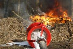 Manichetta antincendio su fuoco Immagine Stock Libera da Diritti