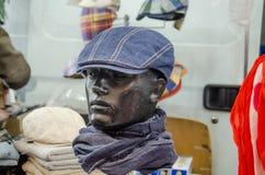 Manichini con i cappelli variopinti su esposizione Fotografia Stock