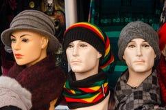 Manichini con i cappelli variopinti su esposizione Immagini Stock Libere da Diritti
