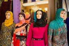 Manichini nella finestra del negozio nel quarto arabo Fotografia Stock