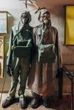 Manichini nella maschera antigas ed in vestito di protezione chimica immagine stock