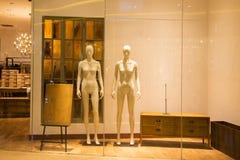 manichini nudi nella finestra del negozio di modo Fotografia Stock Libera da Diritti