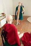 Manichini quando cambiano i vestiti dietro le scene 2 Fotografia Stock