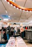 Manichini vestiti in abbigliamento casual e vestiti femminili della donna sopra Fotografia Stock Libera da Diritti