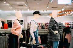 Manichini vestiti in abbigliamento casual femminile della donna in deposito di SH Fotografie Stock Libere da Diritti