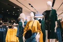 Manichini vestiti in abbigliamento casual femminile della donna in deposito di SH Immagini Stock
