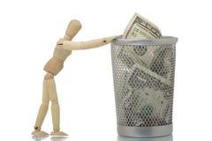 Manichino che spinge lo scomparto di rifiuti della maglia con cento dollari Fotografie Stock