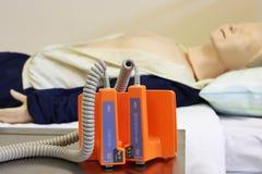 Manichino con il defibrillator Fotografia Stock Libera da Diritti