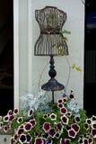 Manichino d'annata del cavo con i fiori Fotografia Stock