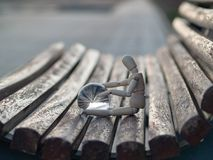 Manichino di legno che si siede su un banco di legno con una sfera di cristallo in sue mani che riflettono un concetto di ecologi Immagine Stock Libera da Diritti