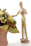 Manichino di legno con i fiori immagine stock