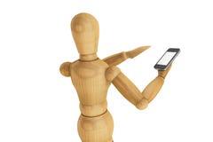 Manichino di legno con lo smartphone mobile immagine stock libera da diritti