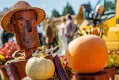 Manichino di legno del raccolto che sostiene le zucche Immagine Stock Libera da Diritti