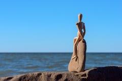 Manichino di legno sulla pietra Fotografia Stock Libera da Diritti