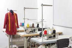 Manichino in fabbrica di cucito fotografie stock