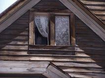 Manichino nella vecchia finestra della casa Immagini Stock