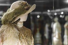 Manichino in un cappello ed in un vestito con le piume nel vecchio stile fotografia stock libera da diritti