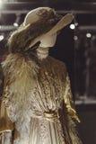 Manichino in un cappello ed in un vestito con le piume nel vecchio stile immagine stock