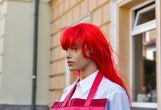 Manichino in una parrucca rossa sulla via fotografia stock libera da diritti
