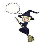manico di scopa di guida della strega del fumetto con la bolla di pensiero Fotografia Stock