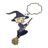 manico di scopa di guida della strega del fumetto con la bolla di pensiero Fotografia Stock Libera da Diritti