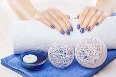 Manicura azul con dekor Spa Fotografía de archivo