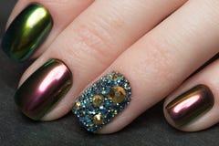 Manicura colorida de Beautifil con el diamante artificial Diseño del clavo Primer imagen de archivo
