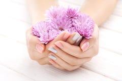 Manicura del Pinc con las flores del crisantemo Spa Fotografía de archivo libre de regalías