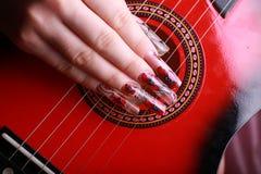 Manicura en la guitarra del fondo Imagen de archivo libre de regalías