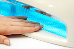 Manicura en las manos femeninas Fotos de archivo libres de regalías