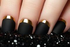 Manicura Esmalte de uñas mate negro Clavo Manicured con la estera negra Foto de archivo libre de regalías