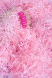 Manicura femenina de moda elegante Clavos rosados plásticos de neón en fondo del confeti imagenes de archivo
