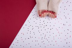 Manicura femenina festiva roja estilo plano de la endecha foto de archivo libre de regalías