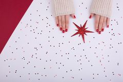 Manicura femenina festiva roja estilo plano de la endecha fotos de archivo