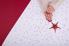 Manicura femenina festiva roja estilo plano de la endecha imagen de archivo