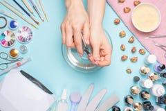 Manicura - herramientas para crear, los pulimentos del gel, el cuidado y la higiene para los clavos Salón de belleza, salón del c foto de archivo