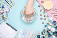 Manicura - herramientas para crear, los pulimentos del gel, el cuidado y la higiene para los clavos Salón de belleza, salón del c imagenes de archivo