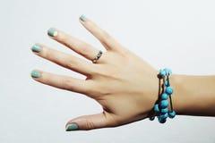 Manicura mano de la mujer en salón de belleza diseño francés del clavo del pulimento de la laca Foto de archivo