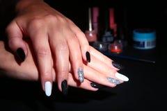 Manicura negra, blanca del arte del clavo Manicura brillante del estilo del día de fiesta con las chispas Manos de la belleza Cla Imagen de archivo