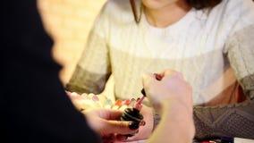 Manicura profesional con el gel - la muchacha elige el color y la textura de clavos almacen de video