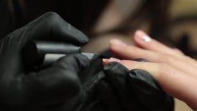 Manicura Pulimento de clavo Mujer en un salón de belleza que recibe una manicura de un cosmetólogo Imágenes de vídeo metrajes