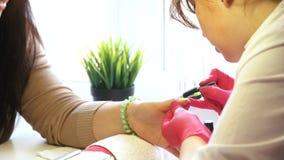 Manicura que hace principal de la manicura de la mujer metrajes