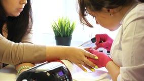 Manicura que hace principal de la manicura de la mujer almacen de metraje de vídeo