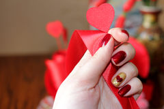 Manicura y composición exclusivas para el día del ` s de la tarjeta del día de San Valentín imagen de archivo libre de regalías