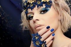 Manicura y maquillaje azules imágenes de archivo libres de regalías